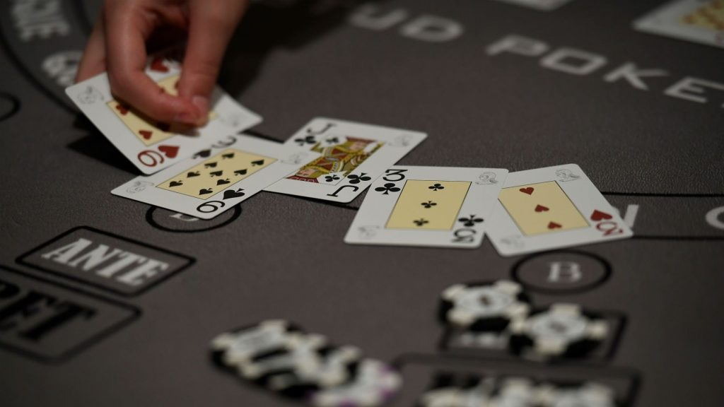 jauhi-bermain-poker-online